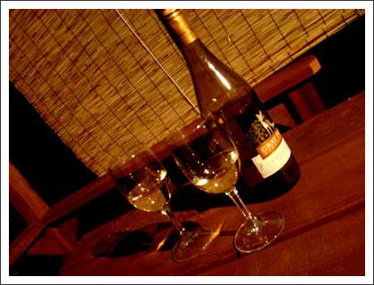 ウッドデッキでワインを飲む
