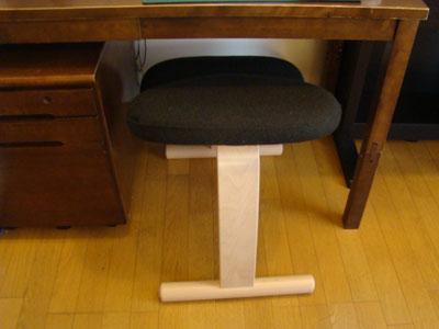 机の下に椅子が収まる
