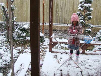 ウッドデッキで雪遊び