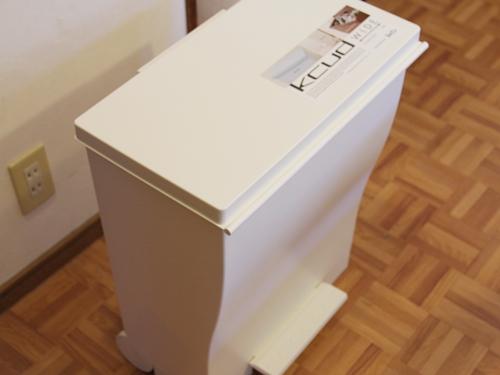 奥行きの少ないスペースでも置けて左右に広く使えるKcud(クード)のゴミ箱