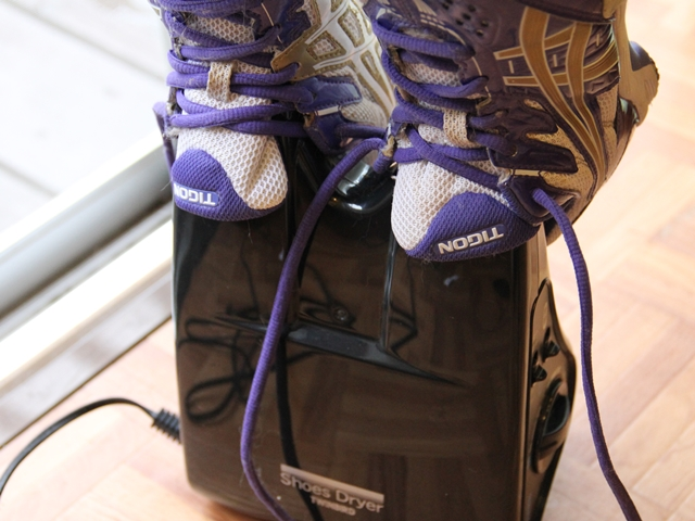 雨続きで運動靴・革靴が乾かないと困っている方におすすめ! 雨で濡れた靴を乾かすくつ乾燥機