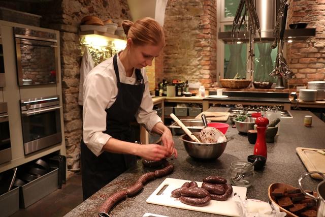 エストニア タリン旧市街で、エストニア料理を作って食べられるレストラン Köök(クーク)