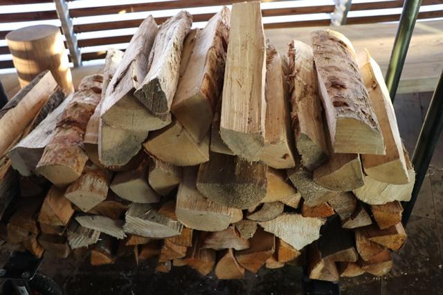 サウナを暖める薪