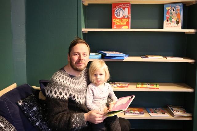 子どもに本を読み聞かせるお父さん