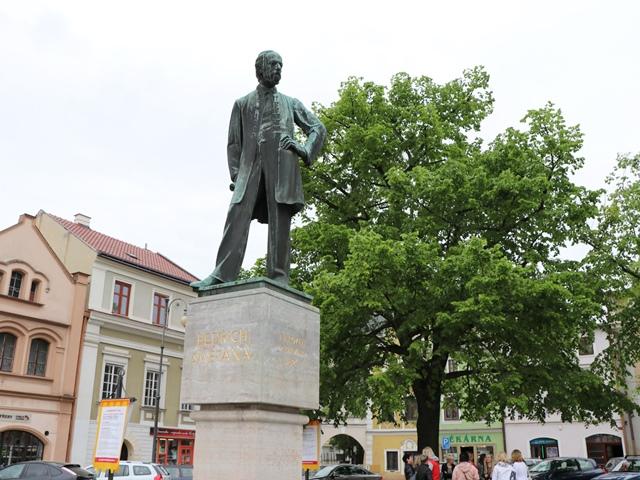 リトミシュル ベジドフ・スメタナの像
