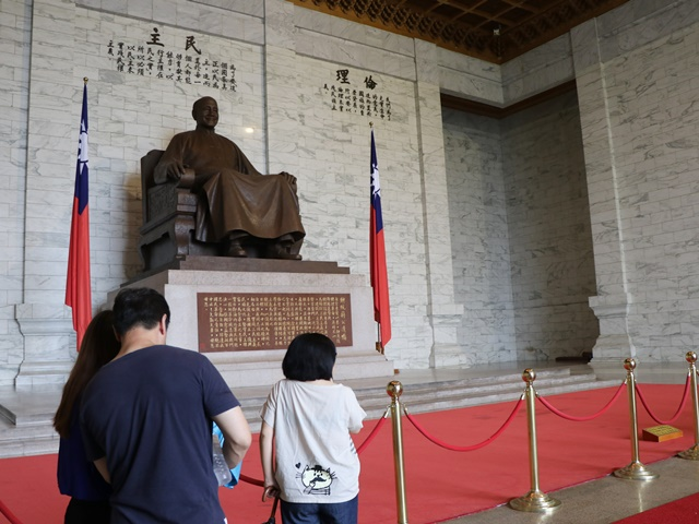 中世記念堂 蒋介石の座像