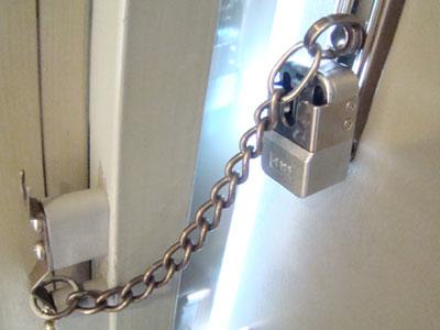 『チェーンでロック』 玄関ドアの外側からチェーンをかけて防犯