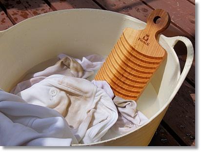 洗濯板で手洗い