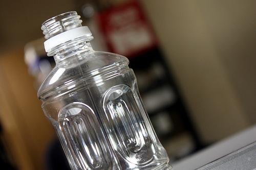 夫がペットボトルに使うお金を減らすために、無言で大きめ水筒を。