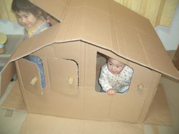節約おもちゃ; 手作り段ボールハウス