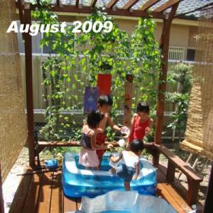ウッドデッキでの夏の楽しみ ビニールプールとバーベキュー