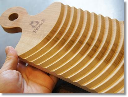 高知県産の桜の一枚板を使用したミニ洗濯板は、ちょこっと洗いに便利