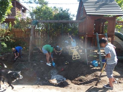 バックヤード(裏庭)で泥遊び