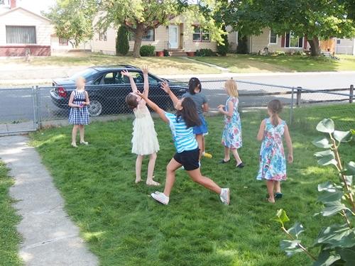 庭で遊ぶ女の子たち