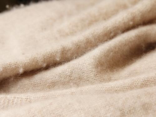 カシミア(カシミヤ)のニットやセーターの毛玉とりには、家庭にあるコレを使おう