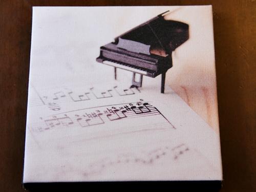 【ファブリックパネル】ミニチュアのピアノと楽譜