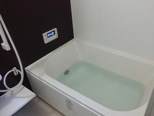ユニットバスの浴槽にお湯を張ったところ