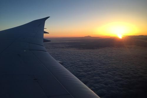 機内から見える朝日