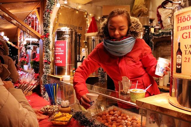 エストニア タリン旧市街のクリスマスマーケット ホットワイン