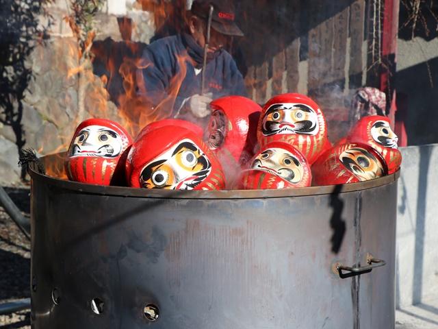 青梅だるま市は旧青梅街道沿いにて毎年1月12日開催、納めだるまのお焚き上げも壮観!【PR】