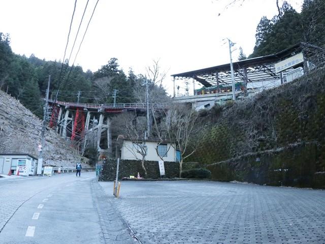 ケーブルカーの下の乗り場(滝本駅)
