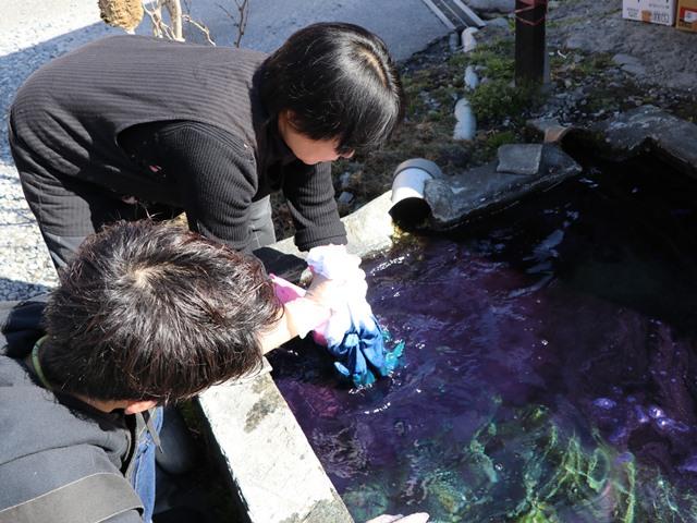長野県松本市白木染工場で 藍染体験