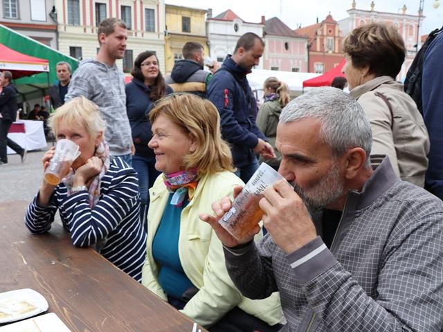 リトミシュル ガストロフェスティバルでビールを飲むチェコの人