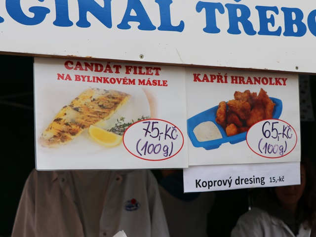 焼き魚と魚のフライを販売するブース
