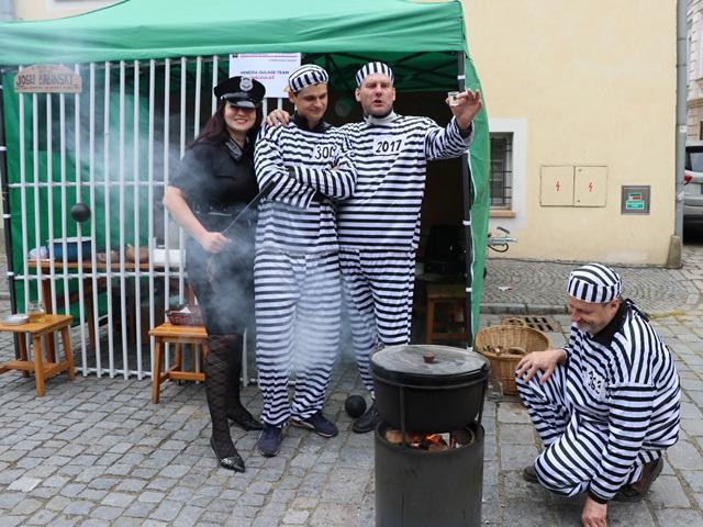 グラーシュコンテストに参加している看守と囚人チーム
