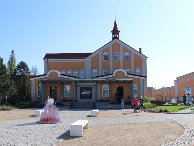 アートガラスメーカー・モーゼル社のガラス工場と博物館