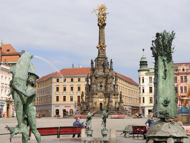 チェコ・オロモウツの歴史地区を観光 世界遺産の聖三位一体柱、バロック様式の噴水、天文時計
