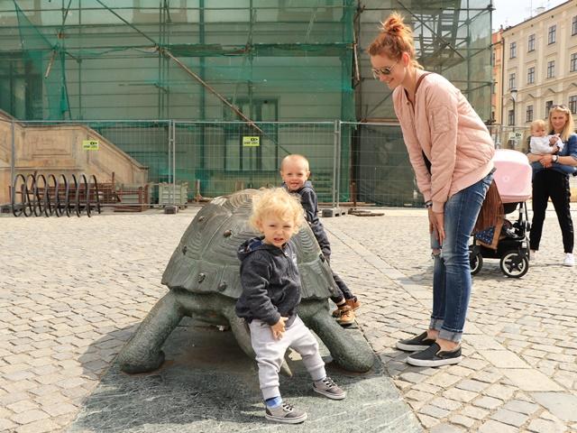 亀に乗るチェコの子どもたち
