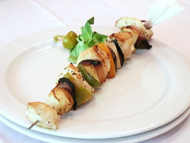 鶏肉、玉ねぎ、パプリカ、マッシュルームなどが刺さったバーベキュースタイルの料理