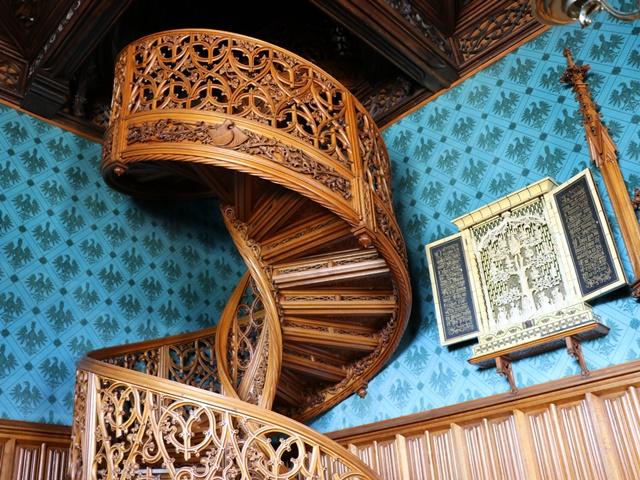 レドニツェ城のオーク材の階段
