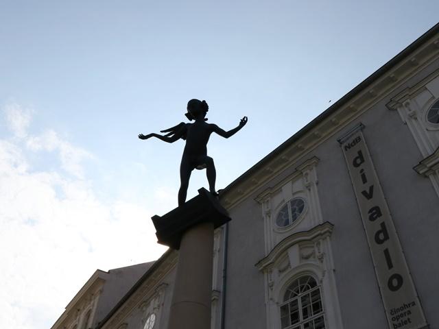 大人の顔と子どもの体をしたモーツアルトの像