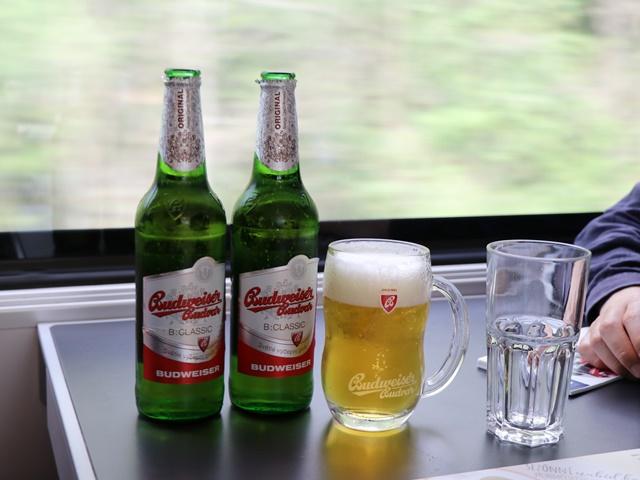 食堂車でビール