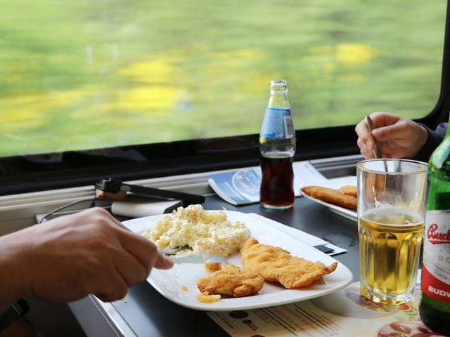 ブルノからプラハまで2時間半の鉄道の旅。チェコ国鉄の食堂(ビストロ車両)と車窓からの菜の花畑
