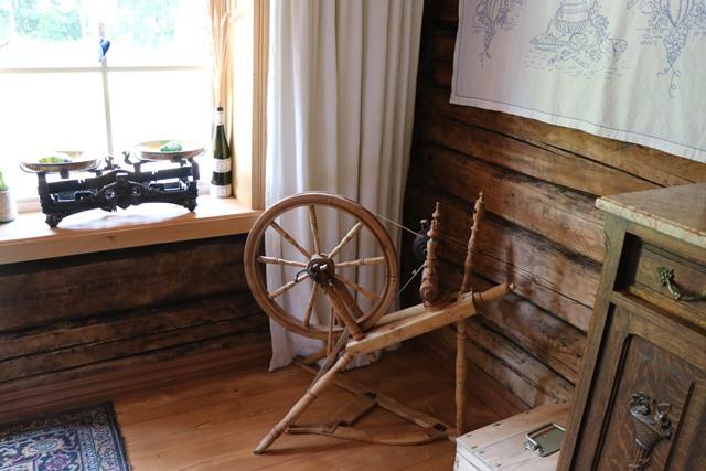 糸車などの古い道具がそのまま残されている