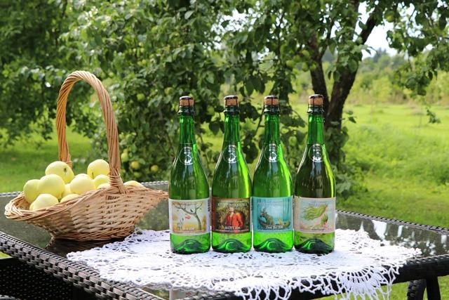エストニアのトリ・ヨエスー・サイダー&ワイン農場でリンゴから作られるシードルを味わう