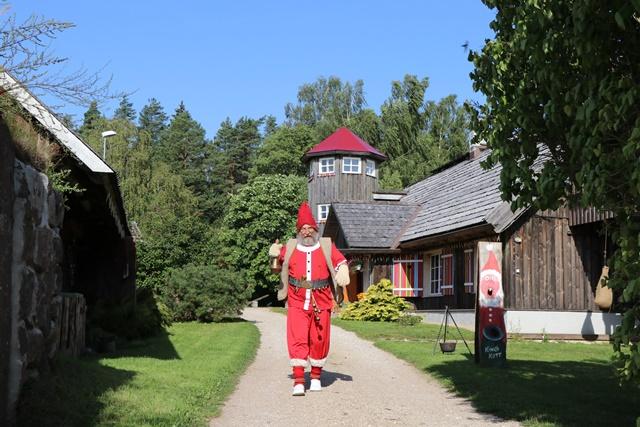 エストニア「サンタの煙突村」のサンタクロースのおじいちゃん