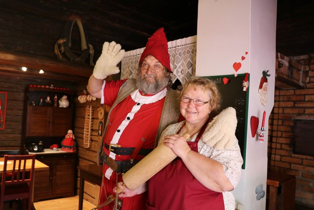サンタクロースを訪ねて、エストニアのサンタの煙突村へ。楽しいサンタさんと遊んできたよ!