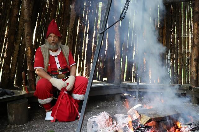 小屋の中で歌を歌い、サンタさんにプレゼントをもらう