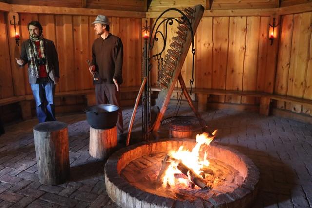 焚き火を焚いた小さな小屋の中でのピクニック