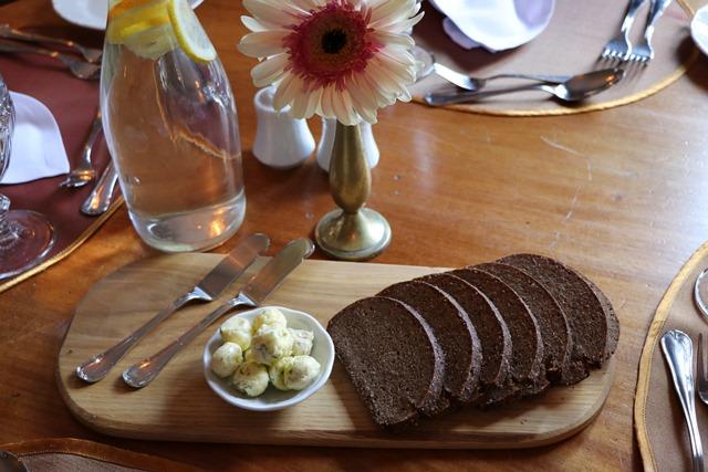黒パンとバター