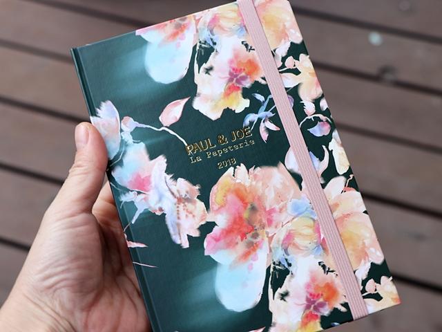 2018年の手帳は、EDiT×ポール&ジョー ラ・パペトリー 1日1ページ B6変型パステル水彩スミレ