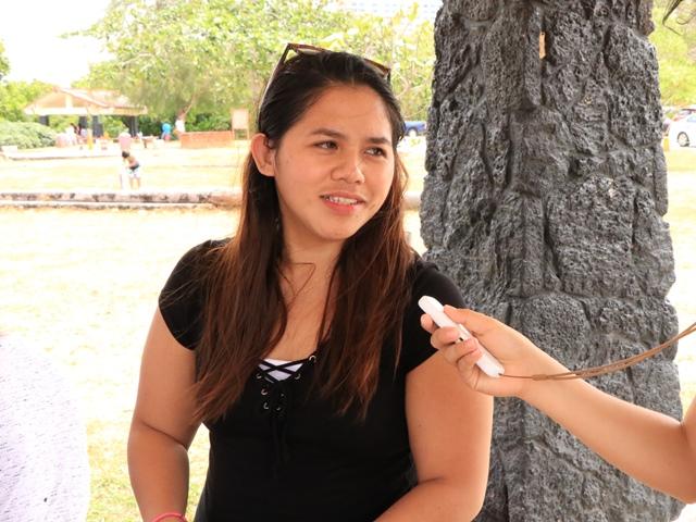 イパオビーチパークで地元の人たちとイリーで会話