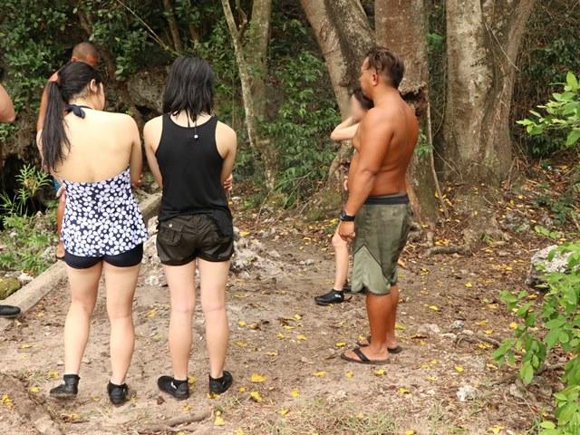 グアム現地ツアー 洞窟を探検し、透明な泉で泳ぐ