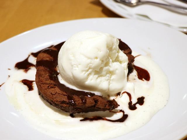 グアムのカリフォルニアピザキッチンのチョコレートスフレ
