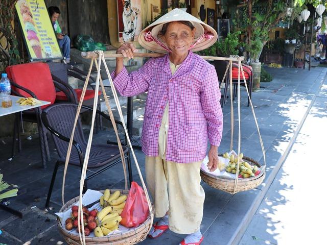 ノンラー(ベトナムの円錐帽)をかぶったおばあさん