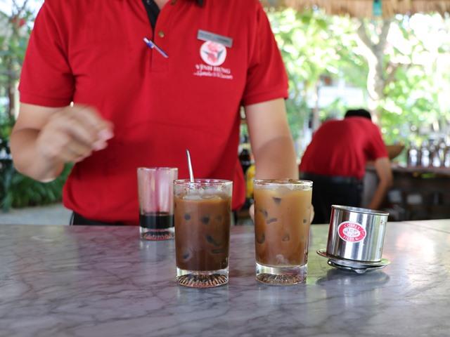 ホテルで無料のベトナムコーヒーレッスンを受ける